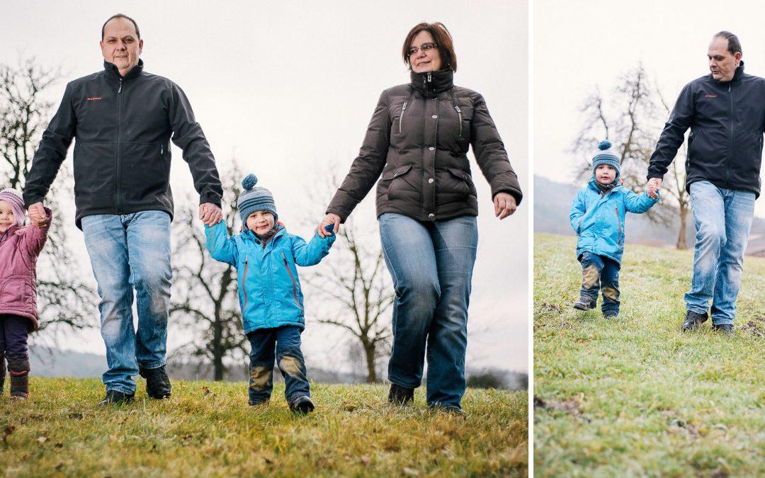 Familienfoto beim Spaziergang